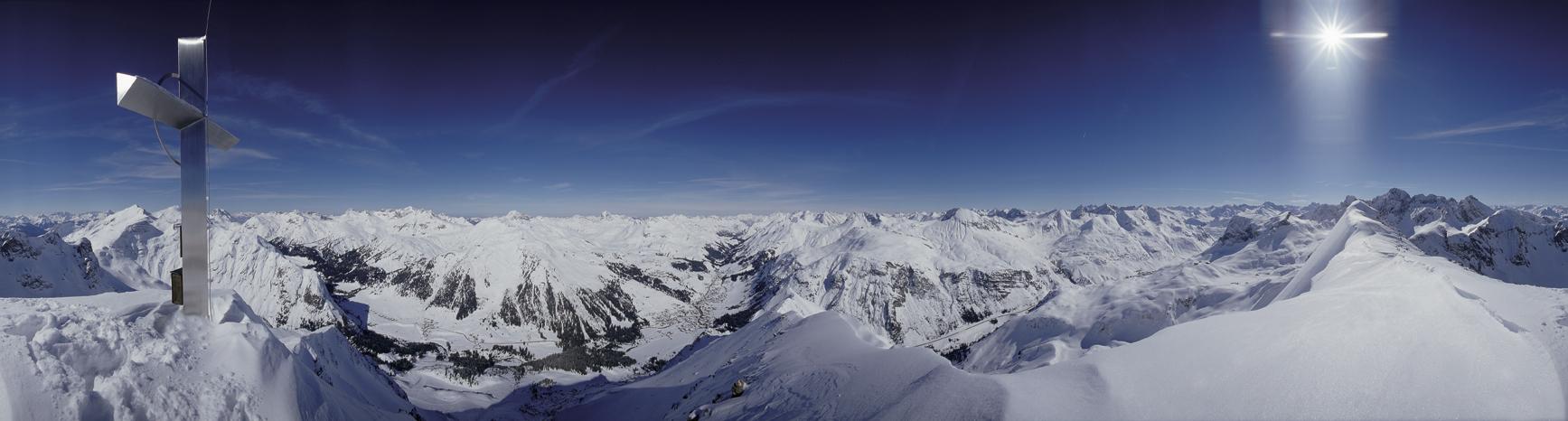 Gipfelkreuz im Schnee
