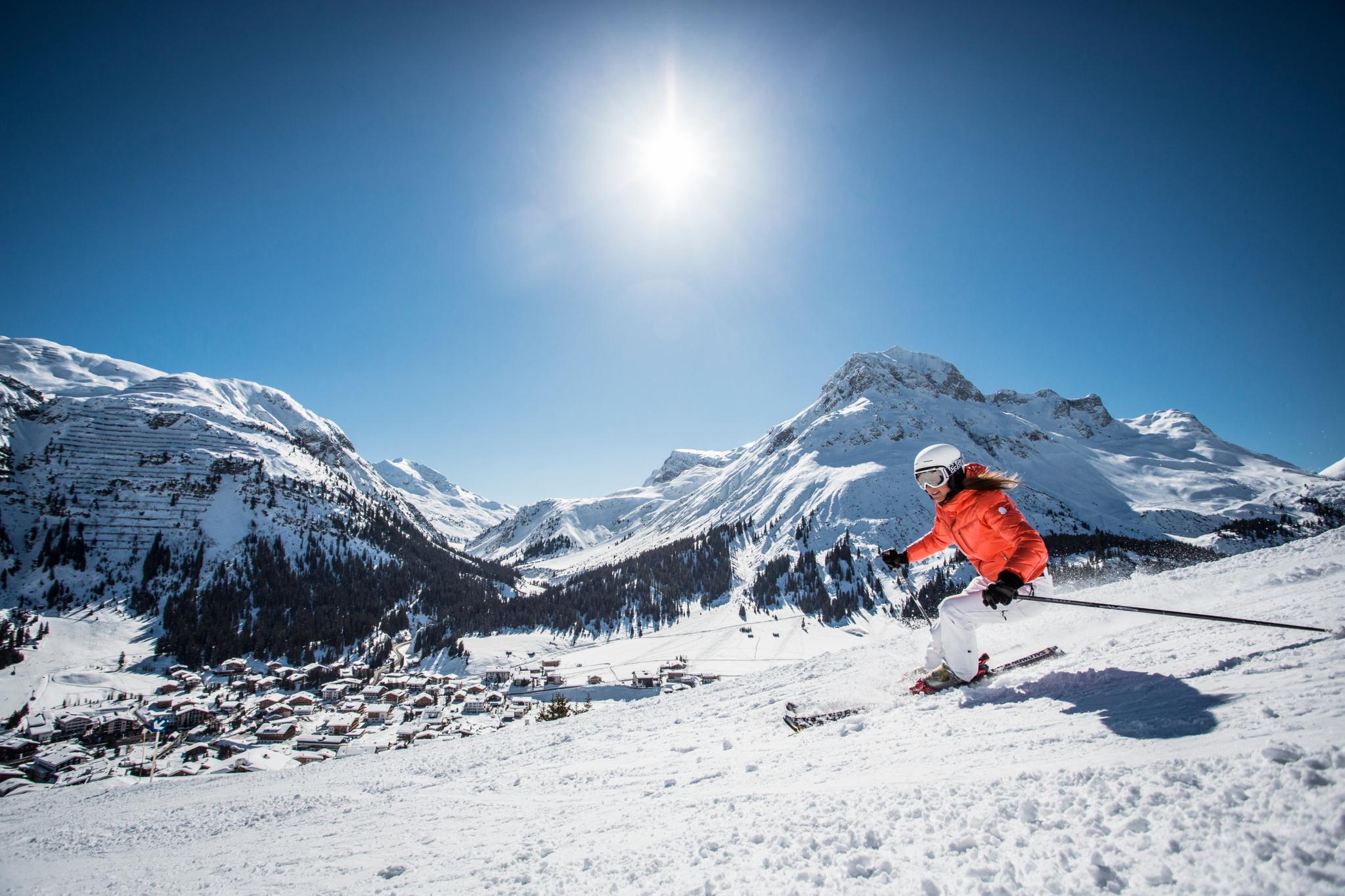 Skifahrerin in der Sonne